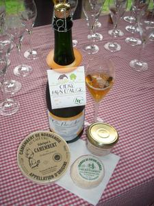 Les produits servis lors de l'apéritif fermier (camembert, fromge de chèvre et escargotière, accompagnés de cidres et poiré)