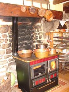 la cuisinière à bois de Laurence, dans sa boutique-atelier